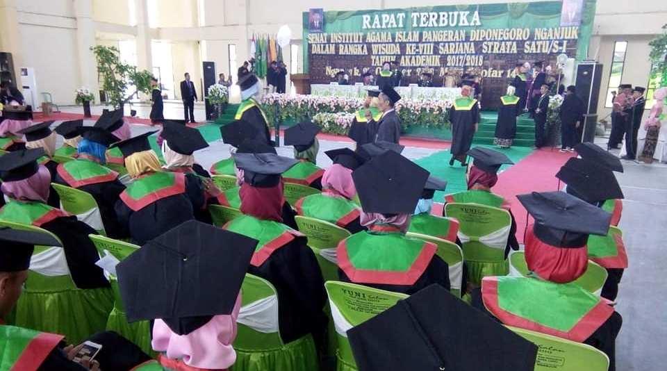 IAI PD Nganjuk Selenggarakan Wisuda ke-8 di Gor Bung Karno
