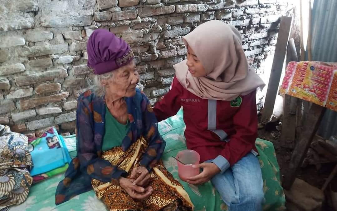Mbah Suratemi Hidup Sebatang Kara, Dewan Mahasiswa FSEI Berikan Bantuan